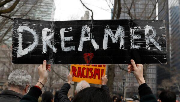 Una manifestante sostiene un cartel con la palabra soñador durante las protestas a favor de DACA en EEUU - Sputnik Mundo