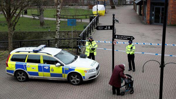 La Policía británica cerca de la casa de exespía Serguéi Skripal - Sputnik Mundo