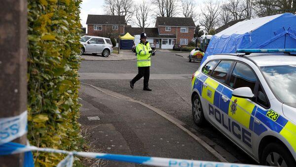 Un policía británico cerca de la casa de exespía Serguéi Skripal - Sputnik Mundo
