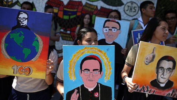 Estudiantes de escuelas católicas con los retratos del obispo salvadoreño Oscar Arnulfo Romero - Sputnik Mundo
