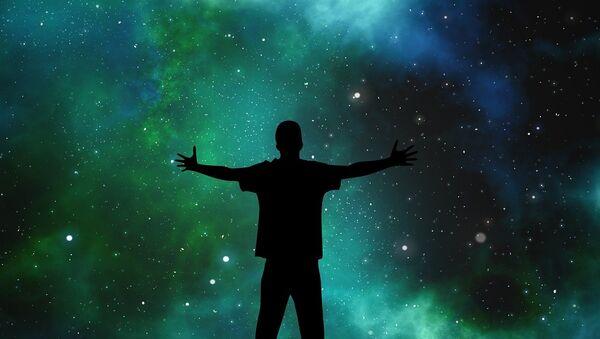 Un hombre mirando el universo - Sputnik Mundo