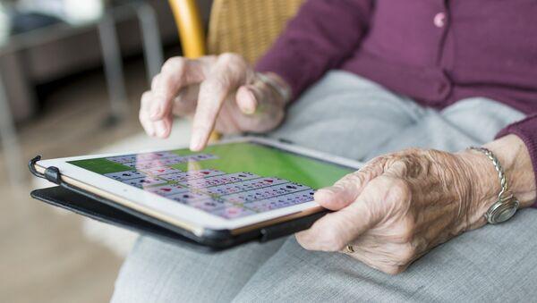 Una anciana usa una tableta - Sputnik Mundo