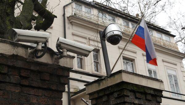 La bandera rusa en la embajada de Rusia en Londres, Reino Unido - Sputnik Mundo