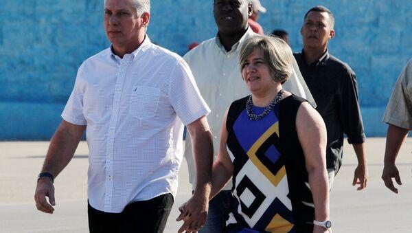 Díaz Canel acude a votar acompañado de su esposa Liz Cuesta - Sputnik Mundo