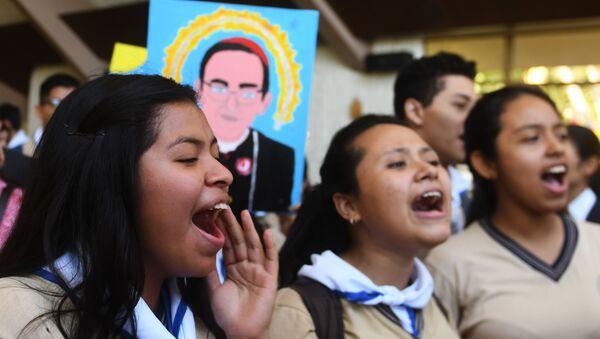 Los creyentes católicos celebran la canonización de monseñor Óscar Romero, arzobispo salvadoreño - Sputnik Mundo