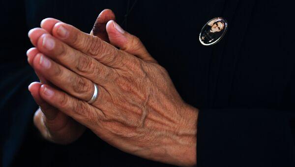 Un católico rezando tras la canonización de monseñor Óscar Romero, arzobispo salvadoreño - Sputnik Mundo