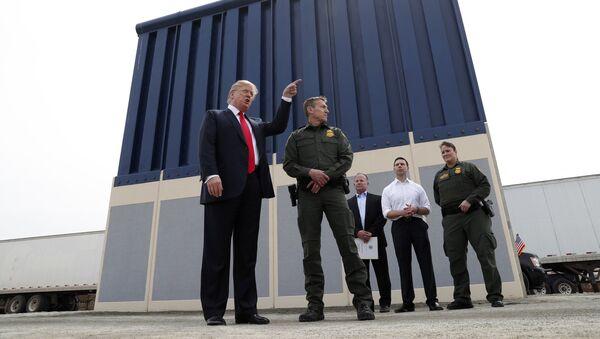 Donald Trump, presidente de EEUU, y los prototipos de un muro fronterizo en San Diego - Sputnik Mundo