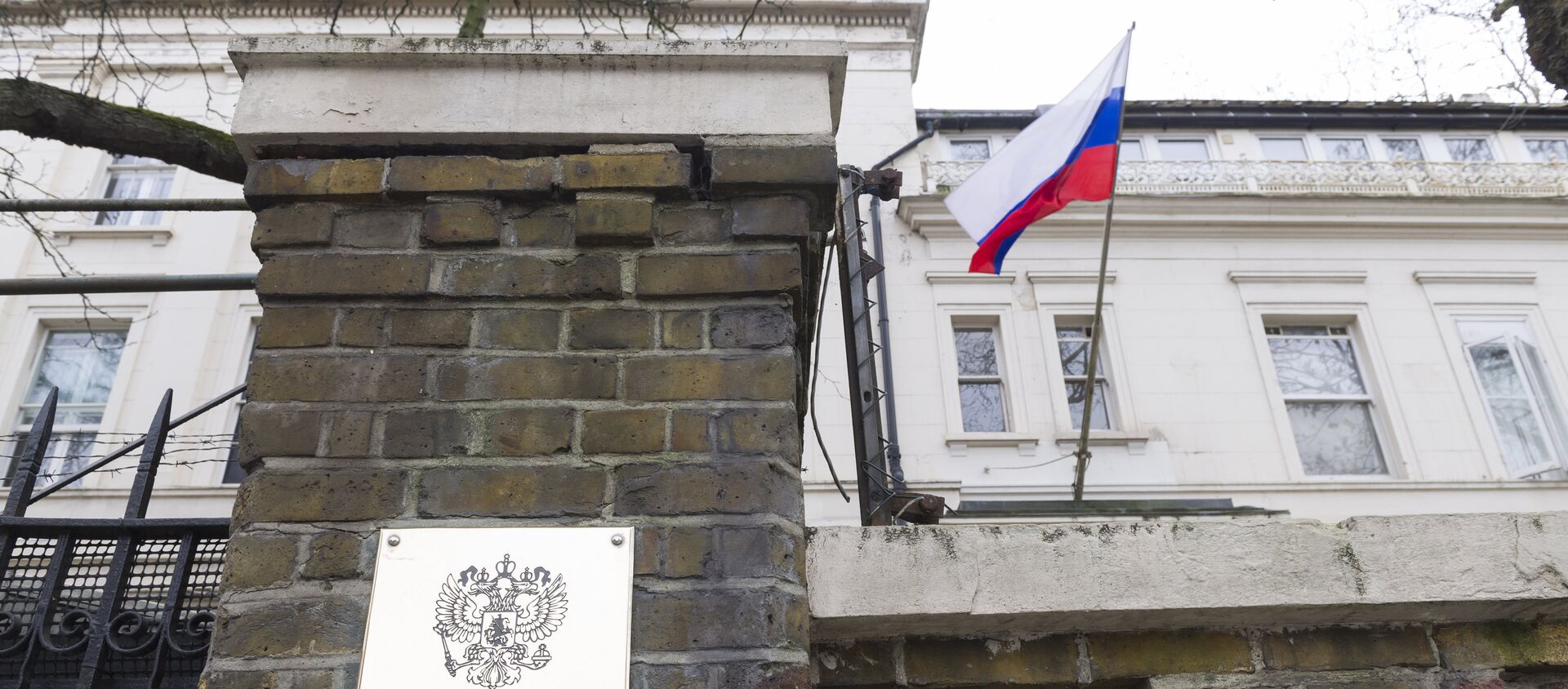 La bandera rusa en la embajada de Rusia en Londres, Reino Unido - Sputnik Mundo, 1920, 06.03.2020
