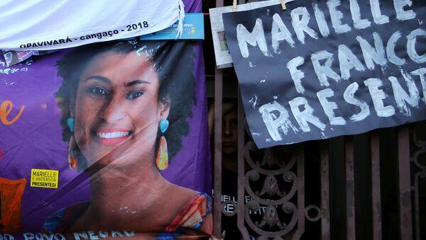 Un póster con la imagen de consejala Marielle Franco - Sputnik Mundo