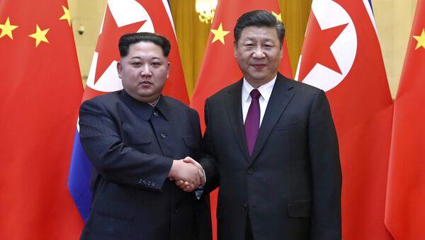 Líder norcoreano, Kim Jong-un, y el presidente chino, Xi Jinping (archivo) - Sputnik Mundo