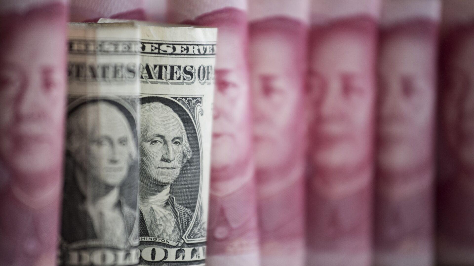 Yuanes y dólares (monedas de China y EEUU, respectivamente) - Sputnik Mundo, 1920, 18.02.2021
