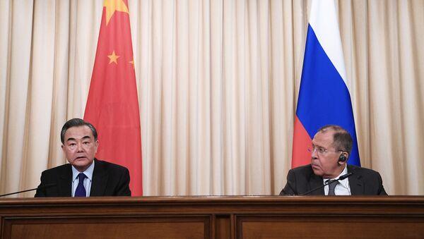 Ministro de Asuntos Exteriores de China, Wang Yi, y su homólogo ruso, Serguéi Lavrov (archivo) - Sputnik Mundo