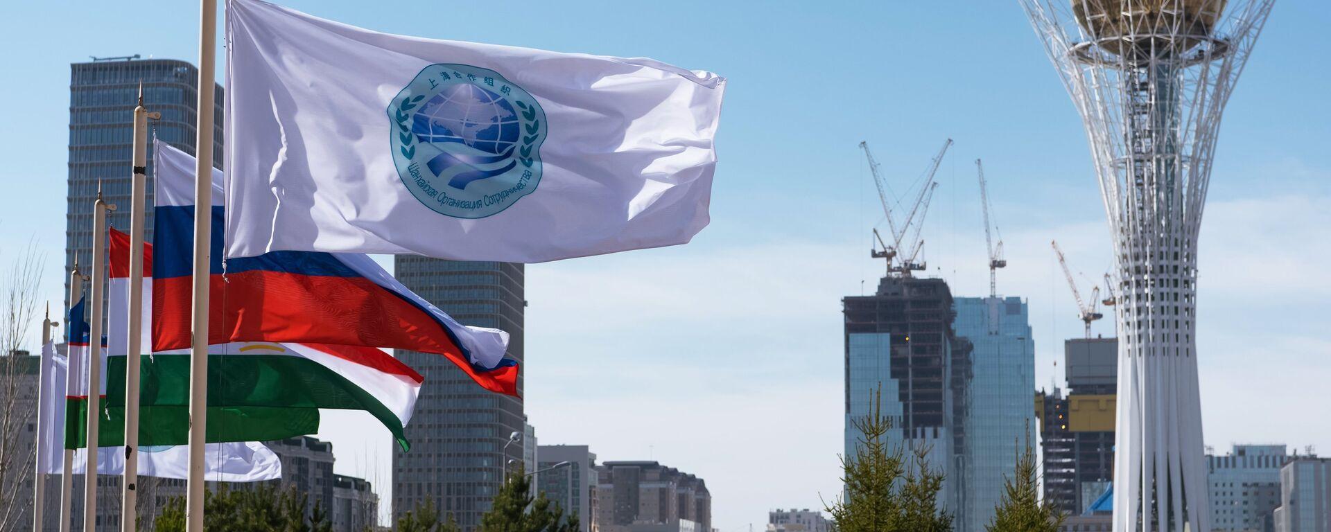 La bandera de la Organización de Cooperación de Shanghái (OCS) y las banderas de sus miembros, Astaná, Kasajistán - Sputnik Mundo, 1920, 04.09.2021