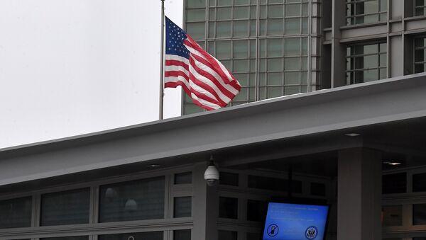 La bandera estadounidense en la embajada de EEUU en Moscú - Sputnik Mundo