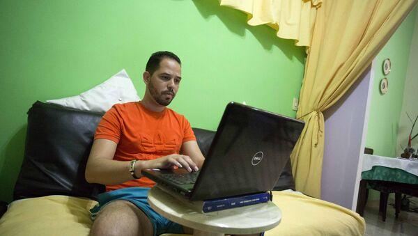 Cubano prueba un nuevo tipo de wifi en una laptop desde su casa - Sputnik Mundo