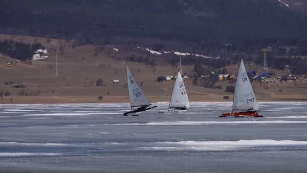 Vela sobre hielo en el lago Baikal - Sputnik Mundo
