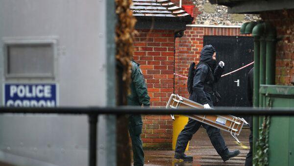 Un miembro de la unidad forense británica en Salisbury, Reino Unido - Sputnik Mundo