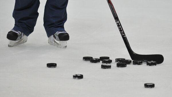 El palo de hockey y los discos (imagen referencial) - Sputnik Mundo