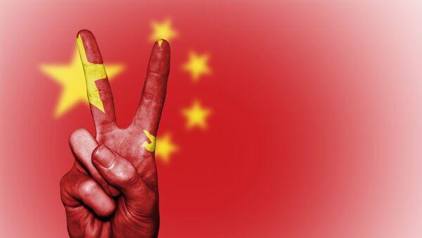 La bandera china y la seña V (gesto manual) - Sputnik Mundo