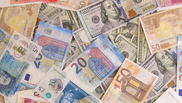 Billetes de libras, dólares y euros - Sputnik Mundo