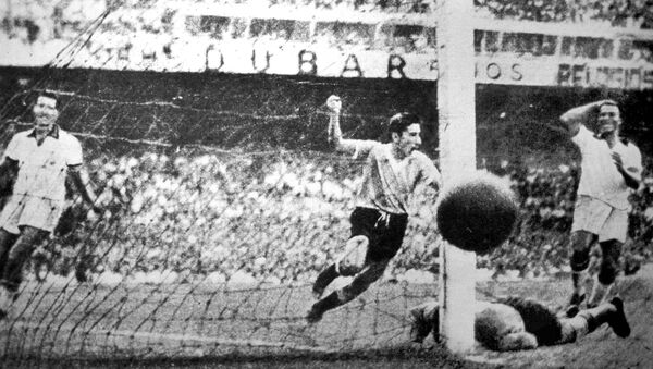Alcides Ghiggia, jugador uruguayo, anota un gol contra Brasil durante la final del Mundial de Brasil de 1950 - Sputnik Mundo