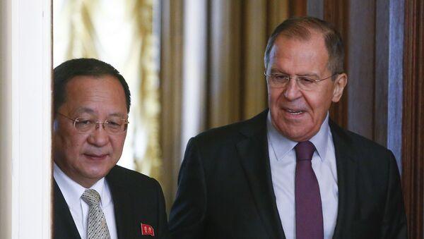 El ministro de Exteriores de Corea del Norte, Ri Yong-ho, y el canciiller ruso, Serguéi Lavrov - Sputnik Mundo