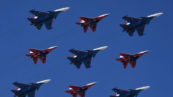 Los cazas polivalentes Su-30SM, del grupo de pilotaje Rússkie Vítiazi, y los MiG-29 del grupo de acrobacia aérea Strizhí - Sputnik Mundo