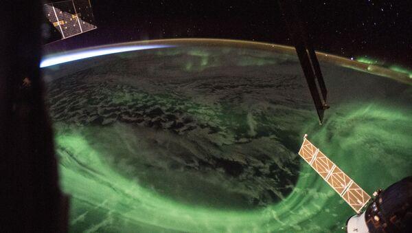 Aurora boreal vista desde la EEI - Sputnik Mundo