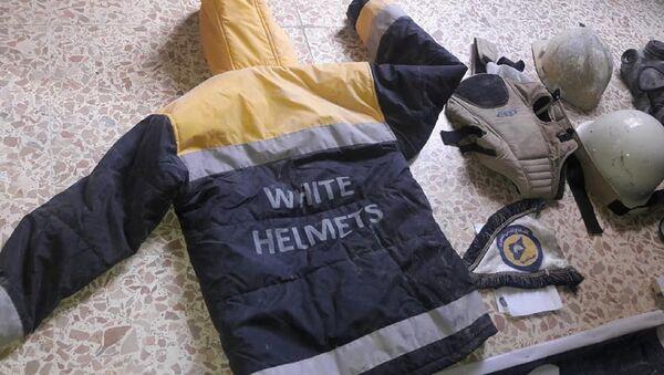 El uniforme de los Cascos Blancos hallado en un laboratorio en Guta Oriental - Sputnik Mundo