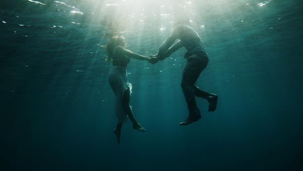 Unas personas bajo el agua - Sputnik Mundo