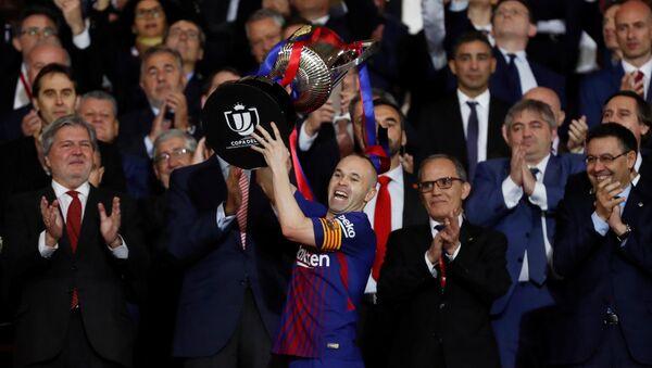 Andrés Iniesta, jugador del FC Barcelona, levantando la Copa del Rey - Sputnik Mundo