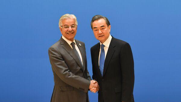 Ministro de Asuntos Exteriores de Pakistán, Khawaja Muhammad Asifm y su homólogo chino, Wang Yi en la víspera de la cumbre de la OCS - Sputnik Mundo