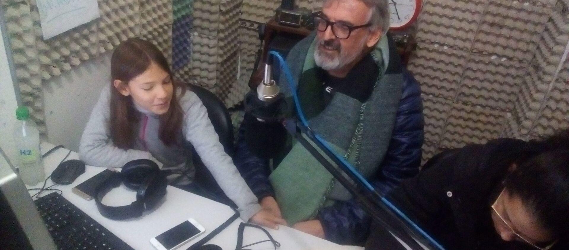 Estudiantes y docente en el estudio de radio de la 90.9 Frecuencia Uno del Liceo N°1 de San Carlos, Uruguay. - Sputnik Mundo, 1920, 26.04.2018