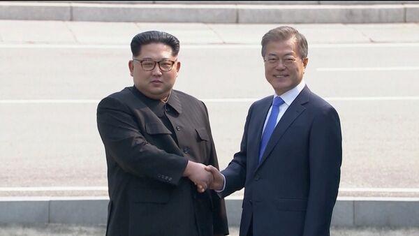 El líder de Corea del Norte, Kim Jong-un, y el presidente de Corea del Sur, Moon Jae-in - Sputnik Mundo