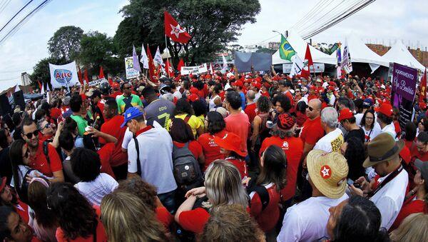 Manifestantes se reúnen junto a la cárcel en la que el expresidente brasileño Lula da Silva está preso - Sputnik Mundo