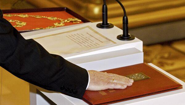 El ejemplar especial de la Constitución de Rusia - Sputnik Mundo