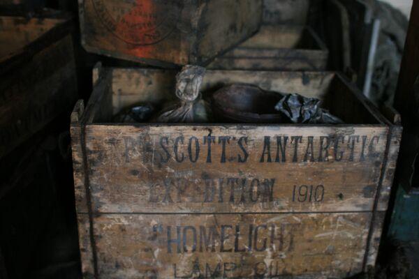 Caja con reservas de aceite de lámpara en la chabola de Scott - Sputnik Mundo