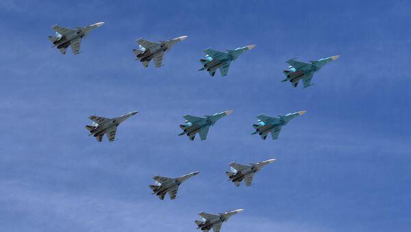 Aviones Su-30 y Su-35 durante el Desfile del Día de la Victoria en la Plaza Rusia, Moscú, Rusia - Sputnik Mundo