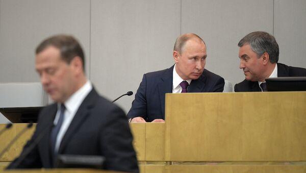 El primer ministro Dmitri Medvédev (izda.), el presidente de Estado Vladimir Putin (centro) y el presidente de la Duma Viacheslav Volodin (dcha.) - Sputnik Mundo