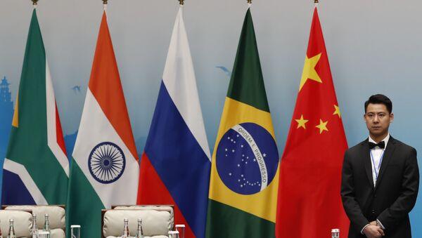 Banderas de los países miembros de los BRICS - Sputnik Mundo
