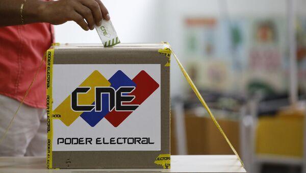 Un ciudadano venezonalo está votanto en las elecciones presidenciales en Caracas, Venezuela - Sputnik Mundo
