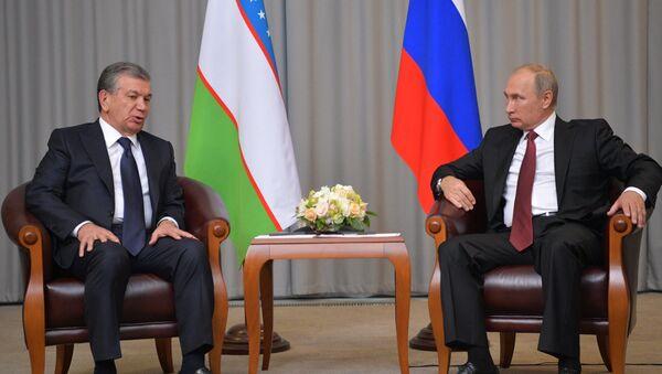 Presidente de Uzbekistán, Shavkat Mirziyóyev, y el presidente de Rusia, Vladímir Putin (archivo) - Sputnik Mundo
