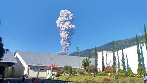 La erupción del volcán Monte Merapi en Indonesia - Sputnik Mundo