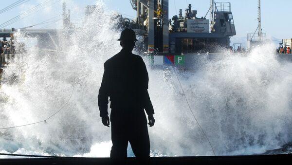 Un marino mira en una enorme ola que aparece del USS Harry S. Truman - Sputnik Mundo