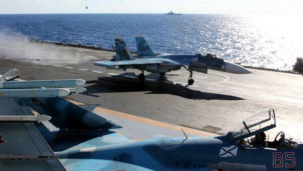 Un Su-33 ruso a bordo del portavions Almirante Kuznetsov, en el Mediterráneo - Sputnik Mundo