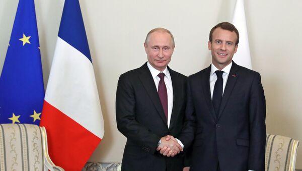 Vladímir Putin, presidente de Rusia, y Emmanuel Macron, presidente de Francia - Sputnik Mundo