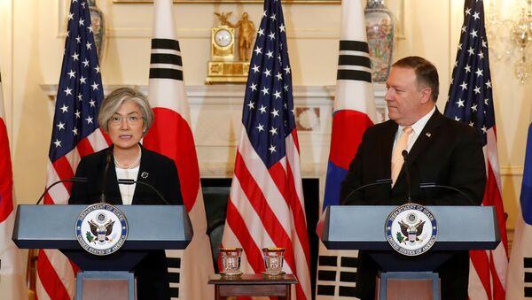 Ministra de Asuntos Exteriores de Corea del Sur, Kang Kyung-wha, y secretario de Estado de EEUU, Mike Pompeo - Sputnik Mundo