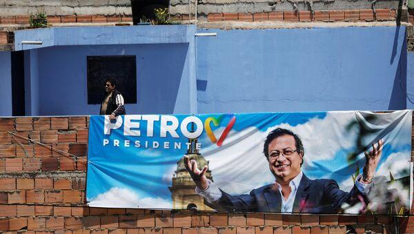 Un cartel electoral con la foto de Gustavo Petro. candidato a la presidencia de Colombia - Sputnik Mundo