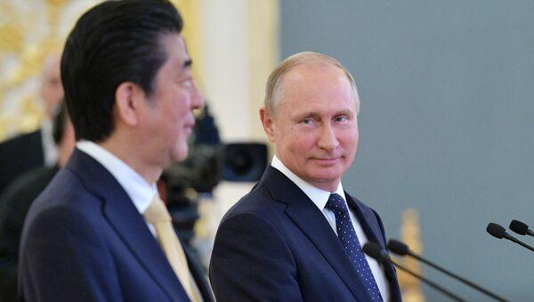 El primer ministro de Japón, Shinzo Abe, y el presidente ruso, Vladímir Putin - Sputnik Mundo
