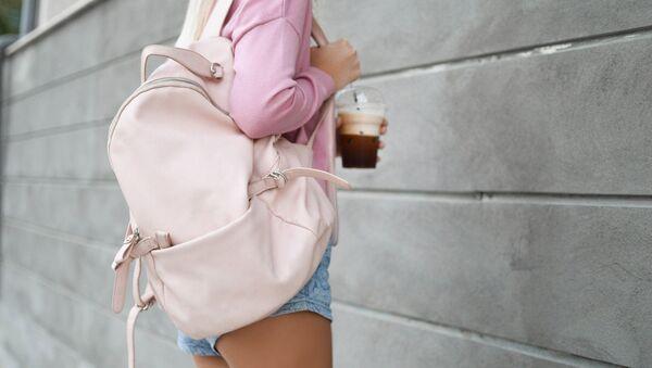 Una muchacha con una mochila - Sputnik Mundo